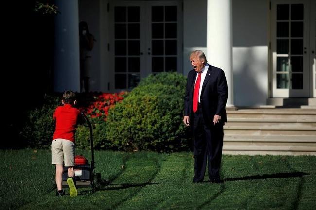 アメリカ ホワイトハウス 芝刈り 少年 トランプ大統領に関連した画像-02