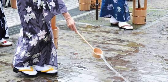 東本願寺 打ち水 豪快に関連した画像-02