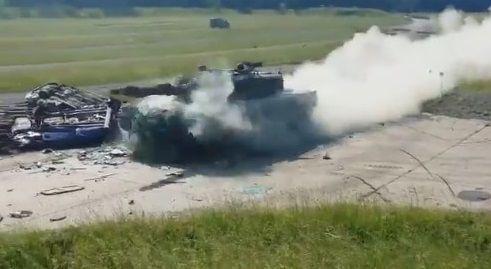 戦車 トップスピード 乗用車衝突に関連した画像-05