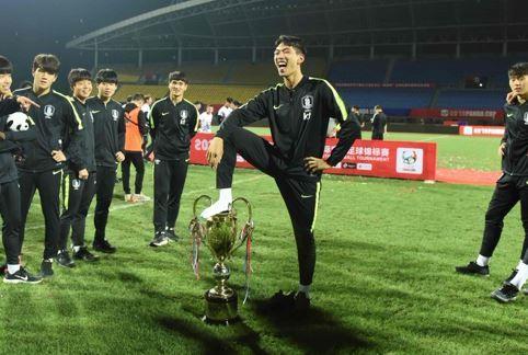 韓国 サッカー U-18代表 大会優勝 トロフィー 踏みつけポーズ 物議に関連した画像-01