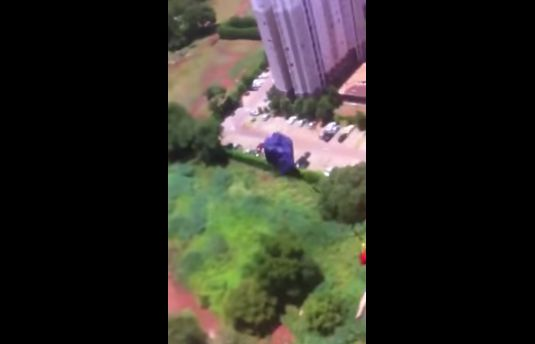 マンション 動画 通販 パラシュート 飛び降り 批判 号泣 家族に関連した画像-07