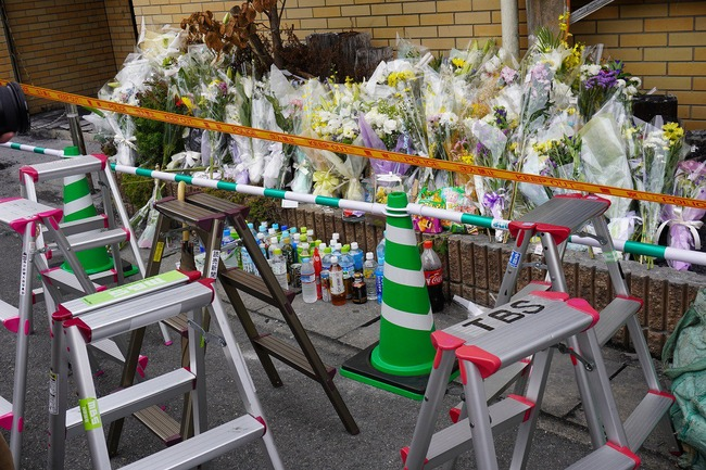 京都アニメーション 京アニ マスコミ 遺族 献花 脚立 陣取り 親族に関連した画像-05