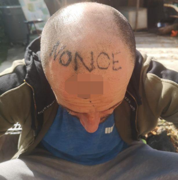 泥酔 居眠り 男性 知人 イタズラ ジョーク 頭 タトゥー 性犯罪者に関連した画像-03