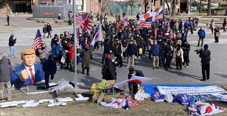 日本人さん、「真の勝者はトランプだ!」とわけのわからないデモ行進をしてしまう・・・※トランプ像付き