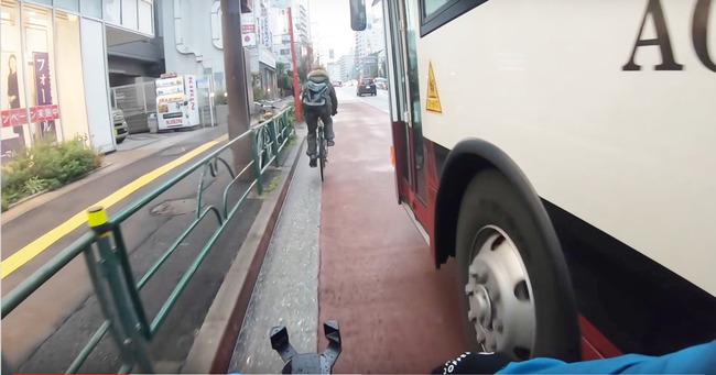 【動画】スクールバスが自転車を幅寄せ→自転車乗りの行動にバス運転手がブチギレ!これどっちが悪いの…?
