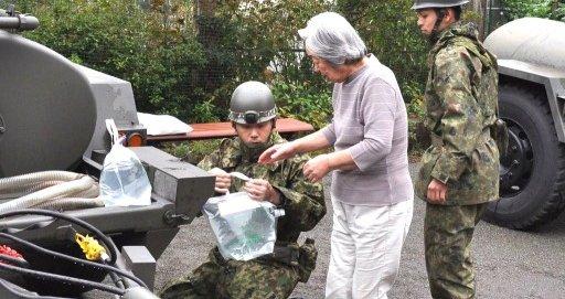 【頭おかしい】神奈川県が「自衛隊の水は受け取らない」と拒否、給水車3台分の水を捨てさせていた