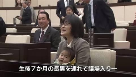 【賛否】熊本市の女性市議が生後7ヶ月の乳児を連れて議場入りを強行、「仕事と子育ての両立」を涙ながらに訴える