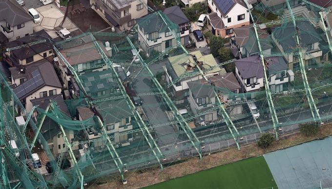【どうなってんの?】千葉で倒壊したゴルフ練習場のポール、1週間たっても撤去されず家の中は雨ざらしに…