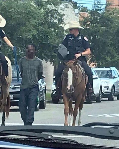 騎馬警官 黒人 ロープ 人種差別 損害賠償に関連した画像-03