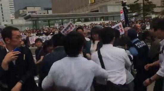 安倍総理 演説 北海道 左翼 妨害に関連した画像-04