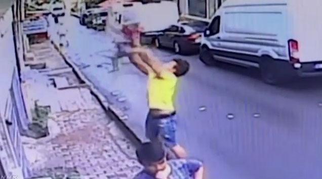 女の子 少年 転落 キャッチ トルコに関連した画像-04