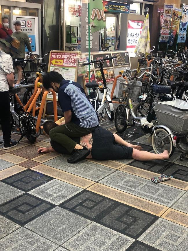 大坂 難波 ローソン店員 刺青 タトゥー 男 チンピラ 制圧に関連した画像-02