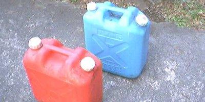 灯油 ポリタンク 東西 赤 青に関連した画像-01