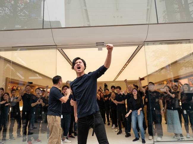 アップルストア Apple リニューアル オープニングイベント キモい 宗教に関連した画像-04