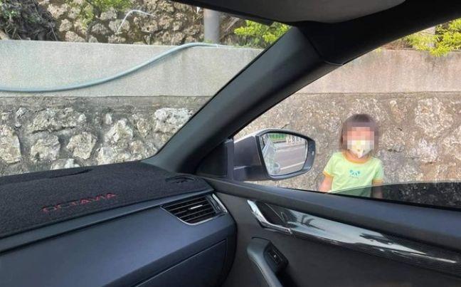 母 運転 車 駐車 娘 ぶつかる 衝突に関連した画像-01