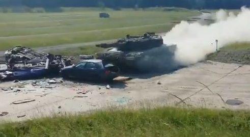 戦車 トップスピード 乗用車衝突に関連した画像-04