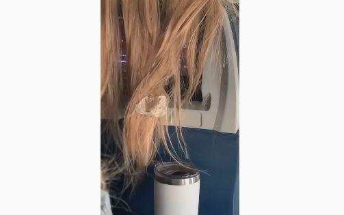 女性 髪 邪魔 ガム キャンディ くっつける TikTok 論争に関連した画像-01