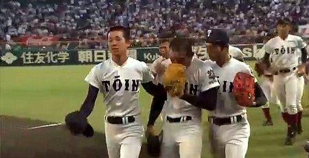 【これは酷い】甲子園で仙台育英の選手が大阪桐蔭の一塁手の足を全力で蹴る殺人プレー→その後大阪桐蔭の一塁手が凡ミスで逆転サヨナラ