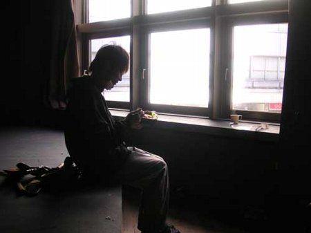 朝寝坊して自分だけ生存してしまった少年に関連した画像-01