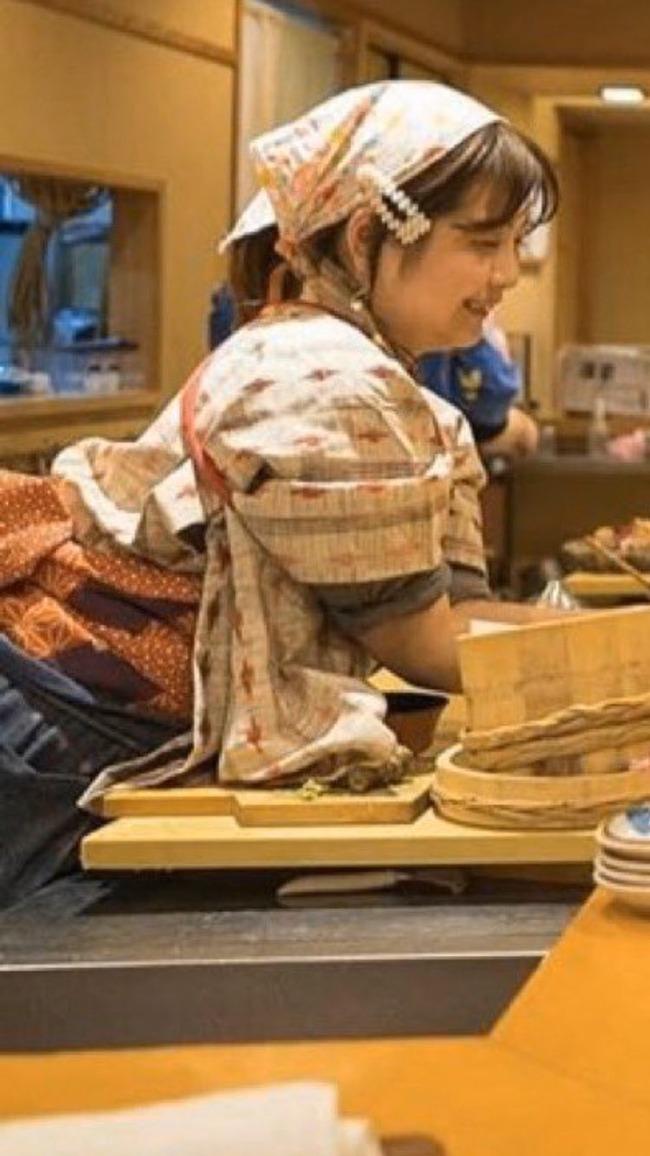 なでしこ寿司 女性 寿司 不衛生 着物 袖 髪の毛 化粧 炎上に関連した画像-06