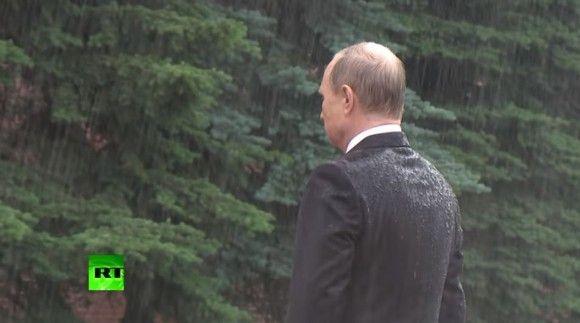 プーチン大統領 無名戦士の墓 式典 雨 ロシアに関連した画像-05