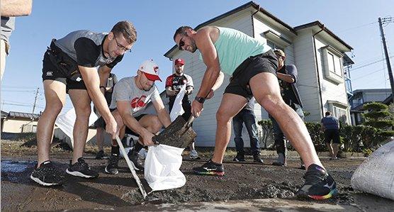 【イケメン集団】試合が中止になったラグビーカナダ代表、台風被害を受けた合宿地でボランティアを始めてしまう