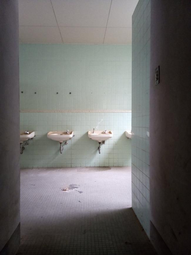 学校 一角 ベニヤ板  スマホ ねじ込み 撮影 トイレ お札に関連した画像-03