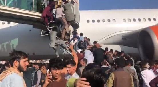アフガニスタン タリバン 空港 カブール空港 アメリカ 市民 逃げ出す 米軍に関連した画像-03