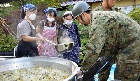元自衛隊員「隊員たちは自分たちが作った炊き出しを食べずに冷たい缶詰を隠れながら食べている、彼らにも温かい食事を」