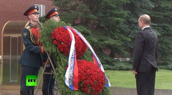 プーチン大統領 無名戦士の墓 式典 雨 ロシアに関連した画像-03