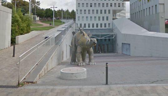 ステゴサウルス 恐竜 像 内部 異臭 男性 遺体に関連した画像-01