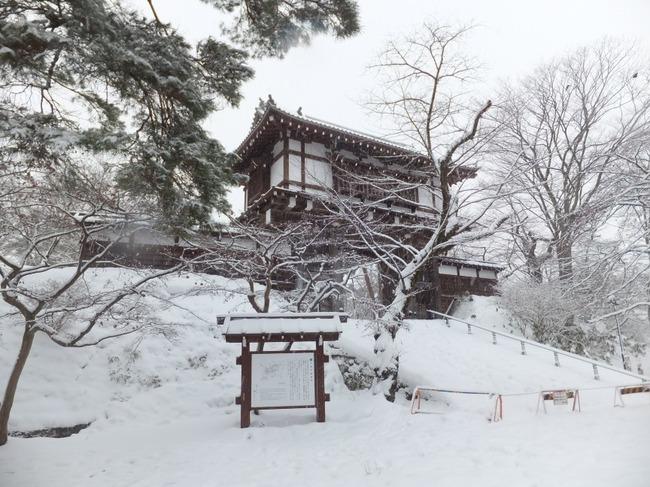 Omotemon_gate_of_Kubota_Castle_at_Senshū_Park_Akita_in_winter