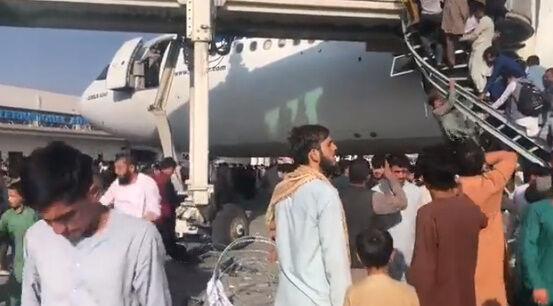 アフガニスタン タリバン 空港 カブール空港 アメリカ 市民 逃げ出す 米軍に関連した画像-04