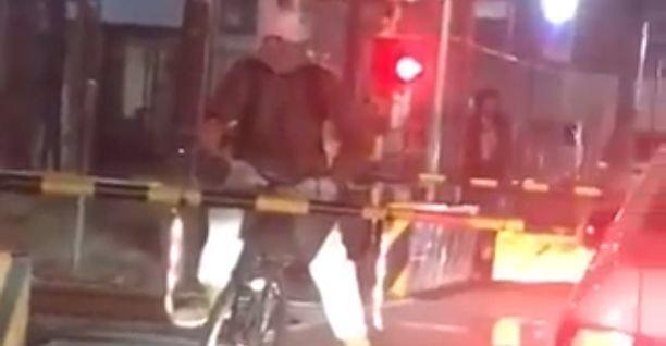電車 踏切 自転車 迷惑行為に関連した画像-01
