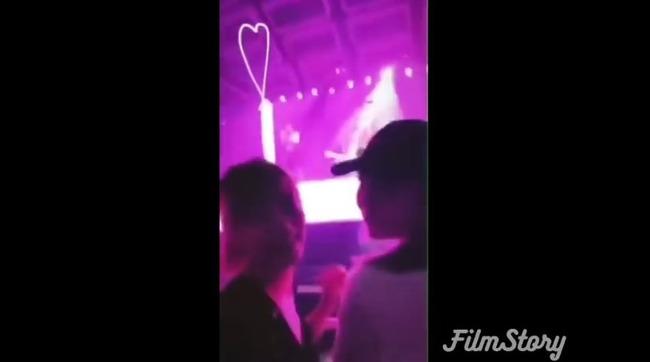 【動画】世界的人気歌手ブルーノ・マーズさん、来日公演で最前列の女性が自撮りを始めてブチギレ!タオルを投げつける!!