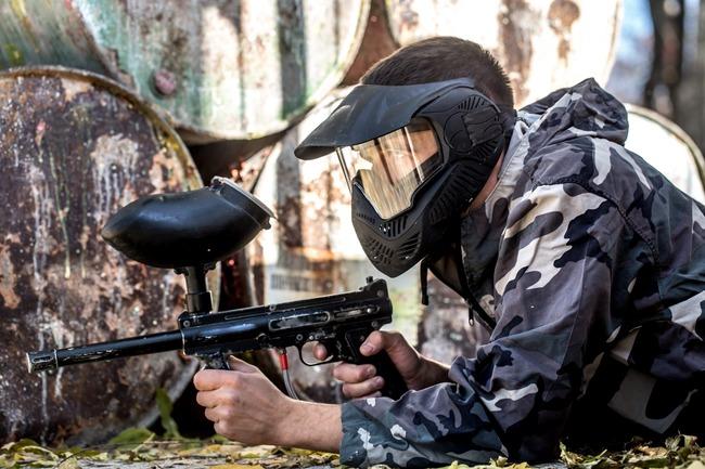車 子供 ドア 群衆 ペイントボール 撃つ 襲撃 勘違い 実銃 撃たれるに関連した画像-01
