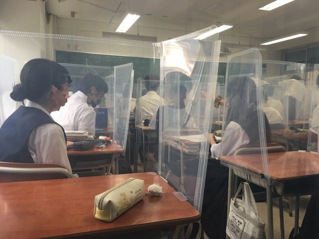 コロナ禍 女子高生 高校生 授業 黒板に関連した画像-02