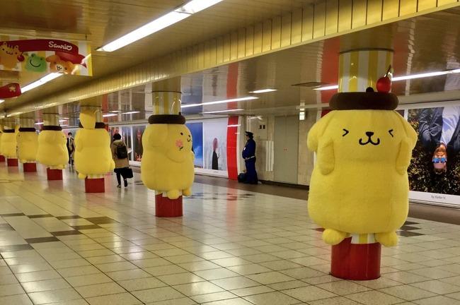ポムポムプリン 巨大ぬいぐるみ 新宿駅 串刺しに関連した画像-09