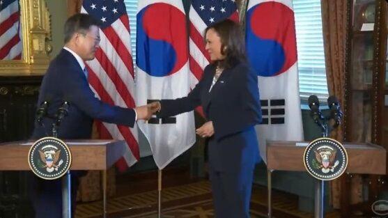 アメリカ ハリス米副大統領 文在寅 ムン・ジェイン 握手 批判殺到 アジア人差別に関連した画像-01