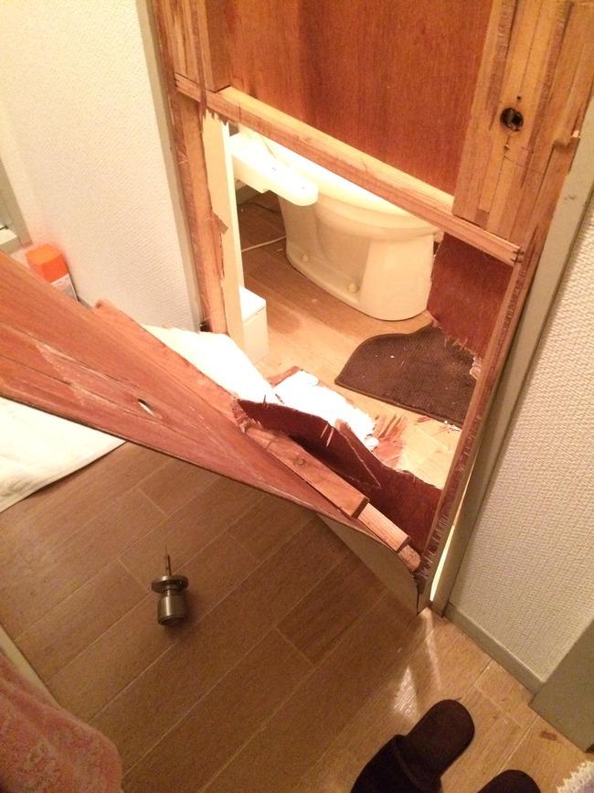 トイレ 豪快 脱出 破壊に関連した画像-02