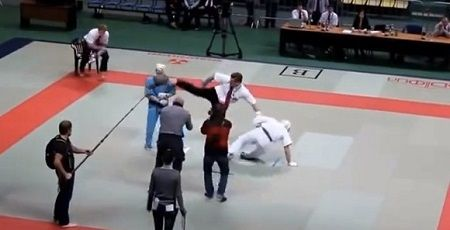 karate-referee-gets-into-the-fight_580