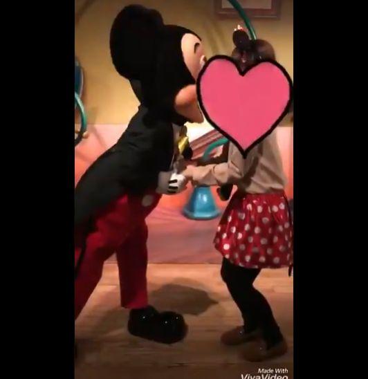 ミッキー キス 女子 神対応 ディズニーに関連した画像-03