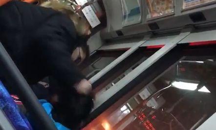 【閲覧注意】バス車内でおばさんが発狂!少年が髪を引っ張られ殴られまくる「おばさんだとゴラァ!」