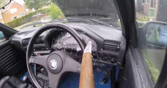 ユーチューバー「車にお湯入れたらいつでも風呂入れるんじゃ?」 → 道路がヤバイことにwwwww
