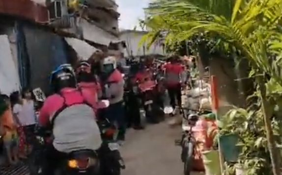 7歳 少女 フードデリバリー 大量 注文 42人 チキン バイク 家の前に関連した画像-01