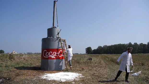 コーラ メントス 重曹 1万本 ユーチューバーに関連した画像-01