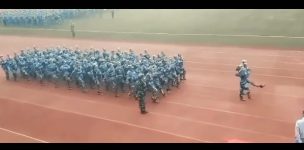 軍事パレード 靴 アクシデント 事件に関連した画像-03