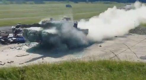 戦車 トップスピード 乗用車衝突に関連した画像-06