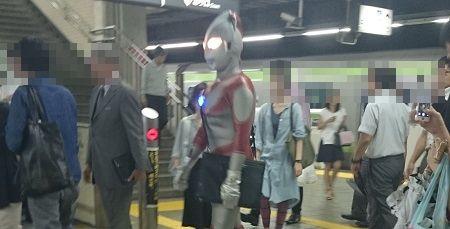 ウルトラマン コスプレ 目黒駅 円谷プロ 怪獣 一般人に関連した画像-01