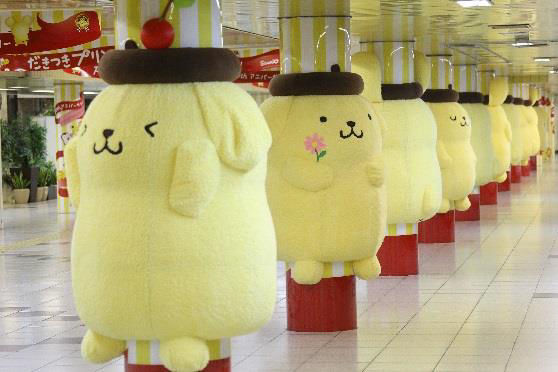ポムポムプリン 巨大ぬいぐるみ 新宿駅 串刺しに関連した画像-06